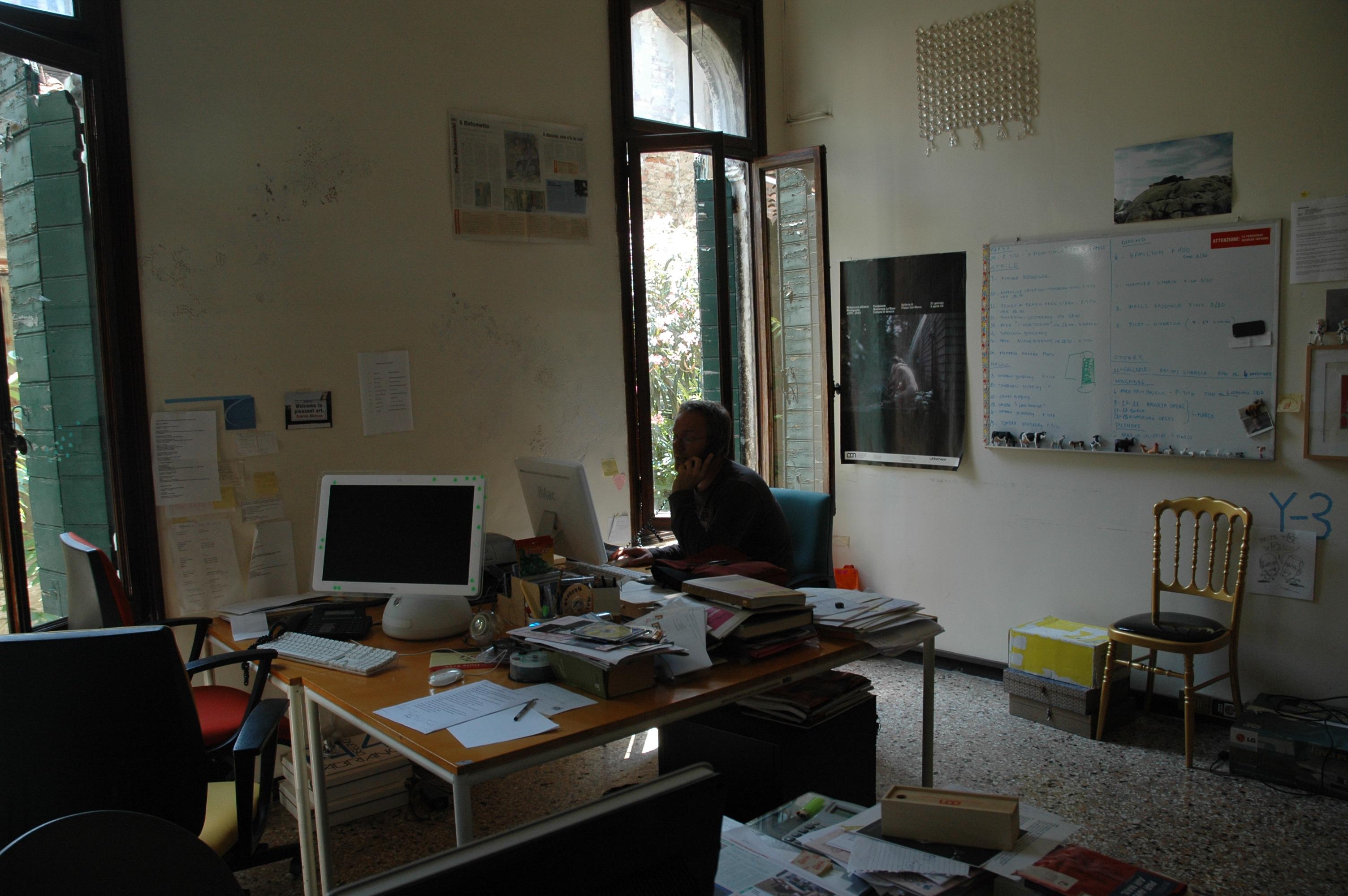 ufficio della fondazione con personale al lavoro