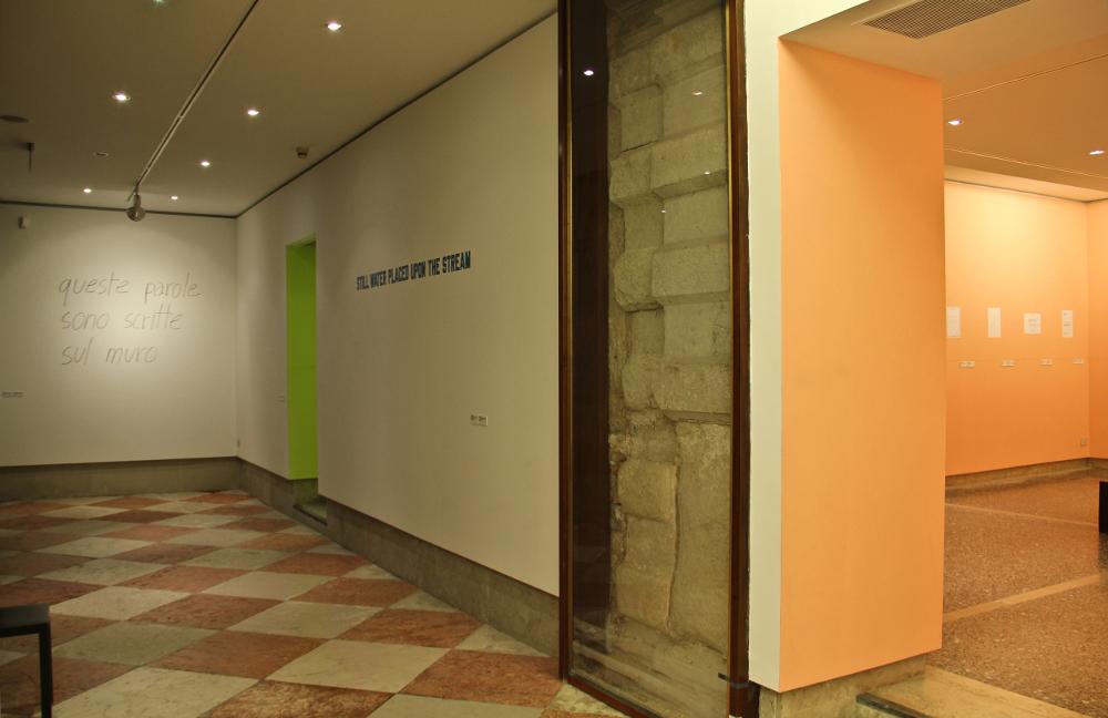 """piano terra della galleria con l'allestimento della mostra """"in deed"""""""