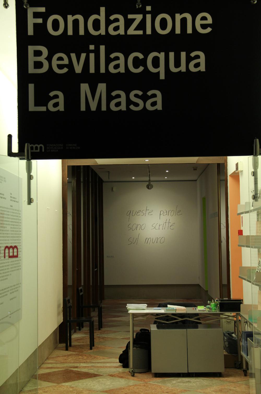 """ingresso alla galleria durante la mostra """"In deed"""""""