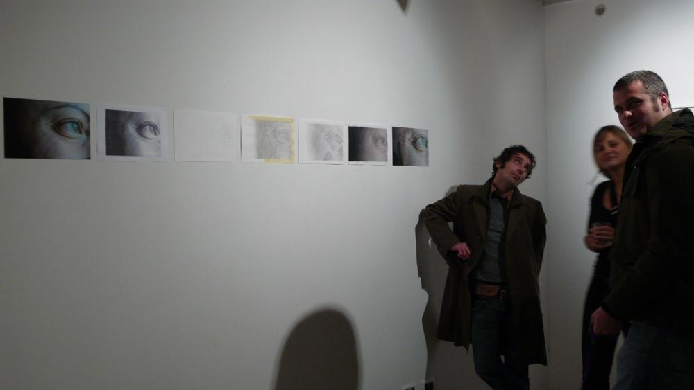 visitatori guardano dei lavori di un'artista nel suo studio