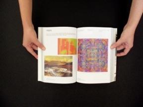 mani che reggono una copia del libro aperta nella sezione mostre