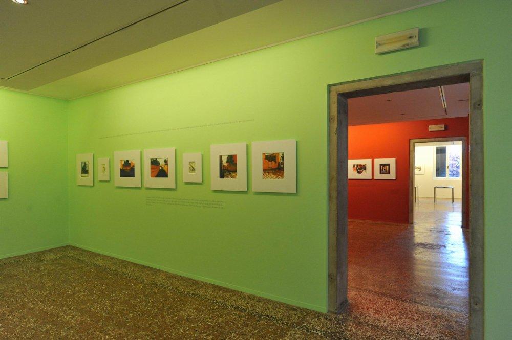 """primo piano, infilata di sale espositive durante la mostra """"Mattotti"""""""