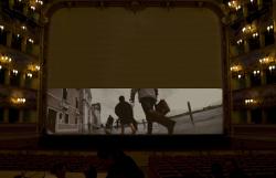la proiezione sullo schermo frangifuoco del teatro La Fenice