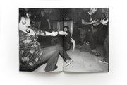 pagina di una rivista in bianco e nero con alcune persone sedute a terra