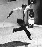 il regista Federico Fellini che salta nel set di uno sei suoi film