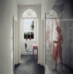 una donna esce dalla doccia