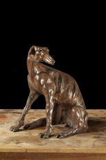 statua di un levriero seduto in bronzo