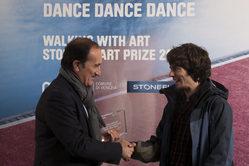 Andrea Tomat stringe la mano all'artista Enej Gala