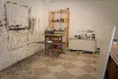 atelier del pittore Despotovic con cavalletti, tele e pennelli