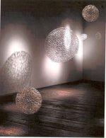 sfere di vetro sospese in una stanza vuota