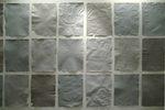 serie di fogli di diverse tonalità appesi ad una parete