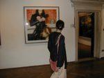 una visitatrice alla mostra di Thomas Ruff