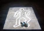 proiezione dei contorni di una figura sul pavimento e un bambino in piedi che la fissa