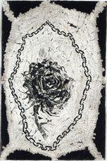 disegno di una ragnatela con dentro una catena che circonda una rosa