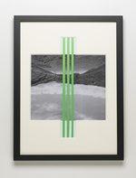 installazione fotografica in bianco e nero con tre righe verdi parallele al centro