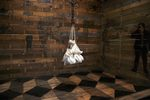 sacchi bianchi appesi dentro una casetta di legno
