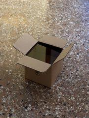 scatola di cartone aperta su pavimento