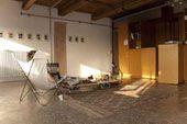 atelier di Nina Fiocco con una poltrona pieghevole e una persona che legge di spalle