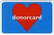 cartolina blu con un cuore rosso al centro e la scritta donocard