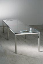 tavolo realizzato in vetro con intagliato un set per il pranzo
