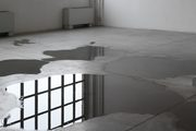 pavimento con delle pozze d'acqua