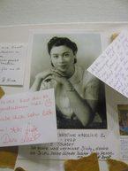 una foto di una donna con dei messaggi scritti dai visitatori con i ricordi della propria madre