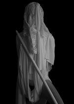 fotografia di una donna completamente ricoperta di teli bianchi