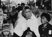 donne e bambini giapponesi in strada