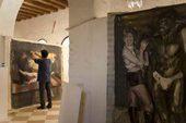 il pittore Velischek ritocca uno dei suoi quadri nell'atelier