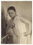 donna in posa vestita in stile anni '20