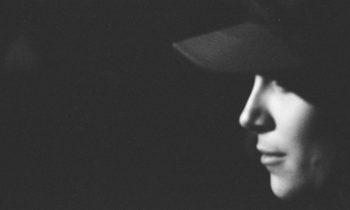 profilo di un ragazzo con cappello