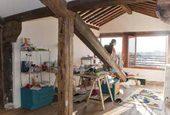 atelier di Martino Genchi con tutti i materiali in disordine per lavorare
