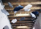 installazione di nuvole di tessuto a soffitto con cristalli che pendono