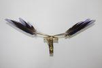 scultura meccanica che riproduce il battito d'ali di un uccello realizzata con piume blu