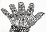 disegno di una mano decorata da disegni a stampa