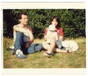 fotografia di famiglia con due genitori e un bambino piccolo in braccio alla madre