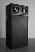 una cassa audio con sopra uno stereoscopio