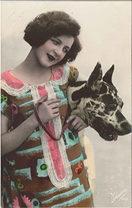 donna in posa vestita in stile anni '30 con un grosso cane al fianco