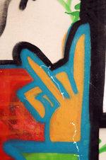graffito giallo e rosso con contorni blu e neri