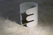 foglio di plastica grigio che forma un cilindro lavorato