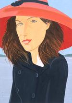 ritratto di una donna minuta con un cappotto blu e un grande cappello rosso