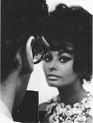 l'attrice Sofia Loren in posa davanti ad un fotografo