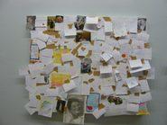 pannello sul quale i visitatori hanno attaccato dei fogli con frasi in ricordo delle proprie madri