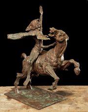 statua di bronzo raffigurante uno dei cavalieri dell'apocalisse con un braccio alzato, con mantello su un cavallo imbizzarrito