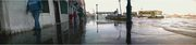l'alta marea che sale da una calle di venezia