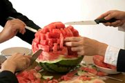 coltelli che tagliano un'anguria, da uno dei video degli artisti